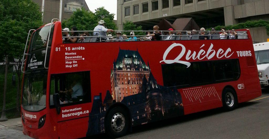 Bus rouge à l'Observatoire de la Capitale
